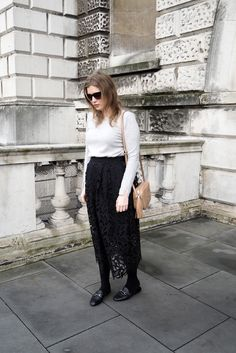 Trendy how to wear flats in winter bags Spring Shorts Outfits, Spring Work Outfits, Winter Skirt Outfit, Casual Summer Outfits, Fall Winter Outfits, Autumn Winter Fashion, How To Wear Loafers, Black Midi Skirt, Gucci Disco