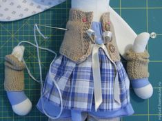 Cómo coser un conejito. Parte Cómo coser un vestido? - Feria Masters - hecho a mano, hecho a mano Doll Clothes Patterns, Doll Patterns, Clothing Patterns, Dorset Buttons, Holiday Crochet, Cat Doll, Sewing Projects For Kids, Sewing Dolls, Fairy Dolls