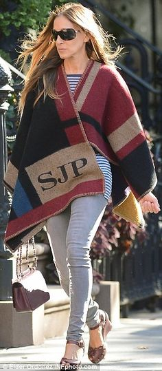 Sarah Jessica Parker cosies up in personalised Burberry cape #dailymail