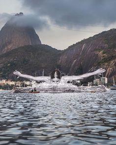 Pieza instalada en el agua de la bahía de Botafogo en Río by JR. Imagen cortesía de JR