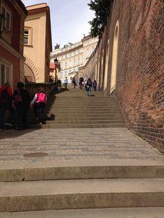 Pra chegar no Castelo de Praga, além de atravessar a ponte de São Carlos precisa encarar a escadaria...massss dá pra subir de bondinho também.