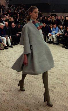 Manteau gris coupe corolle, col motif écossais et cuissardes grises au défilé #Celine #PFW