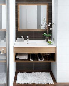 Del inn badet i flere seksjoner. Bathroom Toilets, Laundry In Bathroom, Basement Bathroom, Small Bathroom, Wooden Bathroom Cabinets, Bathroom Furniture, Bad Inspiration, Bathroom Inspiration, Interior Exterior