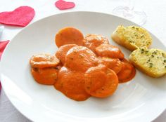 Homemade ravioli filled with Basil Almond Feta in a Creamy Tomato Sauce and homemade Garlic bread/ Homemade Ravioli Filling, Homemade Garlic Bread, Homemade Pasta, Vegan Ravioli, Vegan Pasta, Raw Vegan Recipes, Cooking Recipes, Vegan Food, Vegan Ideas