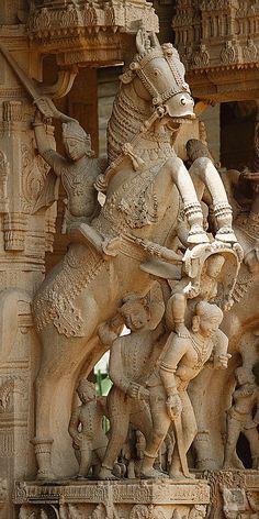 Masterpiece stone carving of Hindu god on horseback, Sri Ranganathaswamy Temple, Srirangam, Tamil Nadu State, India | por Mikey Stephens