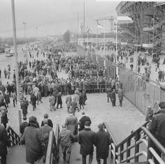 Publiek loopt de trappen af richting het Stadionplein voorafgaand aan Feyenoord-MVV op 30 maart 1964. De uitslag werd 9-1. Op de achtergrond zien we een kraan van de scheepswerf van Piet Smit.