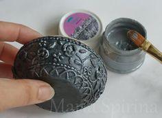 12) Серебряной краской красим поверхностно нашу шкатулку, лишнюю краску сразу убираем тряпочкой.