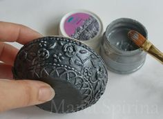 12)Серебряной краской красим поверхностно нашу шкатулку, лишнюю краску сразу убираем тряпочкой.