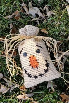 Crochet Ideas Easy Crochet this Halloween Bag Trio for holiday decorations or for candy/gift bags for the kids! There is a ghost and a pumpkin too! The free patterns are easy and work up quickly. Crochet Gratis, Free Crochet, Crochet Motif, Easy Crochet, Halloween Bags, Halloween Crafts, Crochet Christmas Decorations, Holiday Decorations, Crochet Fall Decor