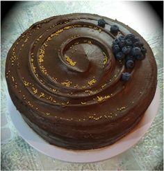 Tarta de Bizcocho de Chocolate con Nutella, Crema de Avellana con crocante de Kinder Bueno y Cobertura de Chocolate Negro