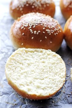 Homemade Hamburger Buns - a simple recipe for the best hamburger buns you will ever eat - soft, pillowy and perfect for burgers! This easy recipe will make burger night so much more tasty! Hamburger Buns, Homemade Burger Buns, Homemade Hamburgers, Burger Bread, Burger Night, Cake Recipes, Bread Recipes, How To Make Bread