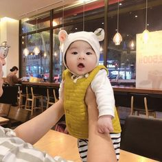-The first night walk in my life – Baby Ideas Cute Mixed Babies, Cute Asian Babies, Korean Babies, Asian Kids, Cute Little Baby, Cute Baby Girl, Little Babies, Dad Baby, Baby Kids