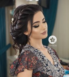 A pretty braid hair style. Best Picture For hair peinados trenzas For Your Taste You are looking for Wedding Hairstyles For Medium Hair, Long Hair Wedding Styles, Bride Hairstyles, Easy Hairstyles, Long Hair Styles, Bride Makeup, Wedding Hair And Makeup, Bridal Hair, Hair Makeup