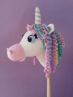 Cilly ist ein Stecken - Einhorn und liebt Ausflüge durch die Feenwälder oder einen Ausritt über den Regenbogen ! Es liebt seine bunten Locken und das Grasen auf der Feenwiese. Cilly ist ein geniales Geschenk für jeden Einhornfan und lässt Kinderherze Christmas Ornaments, Holiday Decor, Frappuccino, Kindergarten, Crochet Horse, Crochet Unicorn, Unicorn Crafts, Hobby Horse, Gifts For Children