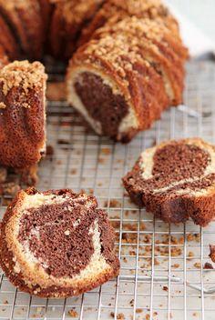 Bundt cake marmolado y top de crumble