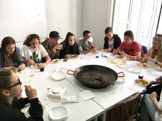 Ninguno de nuestros alumnos se resiste al sabor de la deliciosa #paella preparada en nuestra academia.