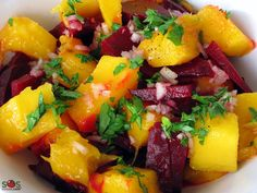 The special flavor of beets is enhanced here by baking. They are an excellent source of potassium and vitamin A. Salade de betteraves et mangues Vegetable Recipes, Vegetarian Recipes, Cooking Recipes, Healthy Recipes, Mango Salat, Beet Salad, Beetroot, Soup And Salad, Salad Recipes