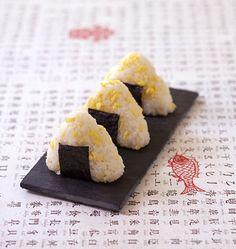 Onigiri de riz aux oeufs brouillés - cuisine japonaise - Recettes de cuisine