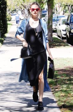 Behati tosses a denim trench over her side-slit black maxi dress Fashion 2018, Party Fashion, Fashion Models, Pregnant Model, Behati Prinsloo, Dress With Sneakers, Models Off Duty, Get Dressed, Spring Summer Fashion