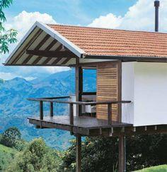 Neste projeto, o arquiteto Mauro Munhoz usou cobertura de duas águas com telhas cerâmicas francesas e calhas de chapas galvanizadas pintadas.