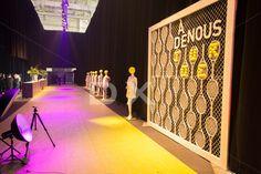Backdrop photo  Mur grillage contour bois blanc 10'x10'  Montage de raquettes et balles de tennis concept « À nous de jouer »   Corridor d'entrée, Tapis vert Anis