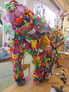 Werken in de stijl van een kunstenaar. :: Kunst & Kolder Speelse gorilla in de stijl van Robert Bradford met recycled speelgoed, mini's van AH , Gogo's etc.