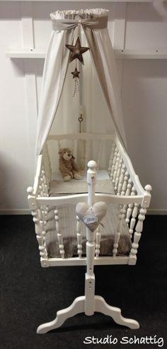 schommel wiegjes Sand Baby Cradle Wooden, Tea Table Design, Baby Footprints, Baby Blog, Baby Art, Nursery Inspiration, Mom And Baby, Baby Shower Themes, Girls Bedroom