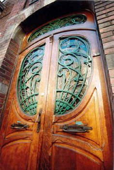 Art Nouveau and Art Deco in Charleroi  :: City tour on foot along a route lined with beautiful Art Nouveau facades - Art Deco In the center of Charleroi. You can discover some exceptional houses such as the Golden House, and the House of Lafleur Doctors.