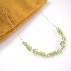 透明感のある緑が涼しげ。小粒なさざれ石が繊細な印象のネックレスです。...