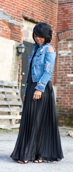 Black Pleated Maxi Skirt, Distressed Denim Jacket, All Black, Spring Outfit idea, Sweenee Style Mode Outfits, Skirt Outfits, Chic Outfits, Spring Outfits, Fashion Outfits, Jackets Fashion, Fashion Trends, Look Fashion, Girl Fashion
