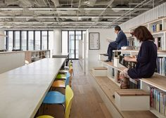 Oficina de diseño de interiores de Nikken Sekkei tiene una escalera de estantería
