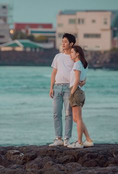 Pretty Noona Who Buys Me Food (Something in the Rain). Live Recap on Drama Milk. Couple Posing, Wedding Couple Poses, Couple Photos, Korean Drama Movies, Korean Actors, Korean Dramas, Korean Couple, Best Couple, Movie Couples