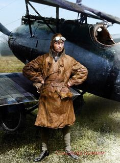 Rare colour photo of a undisclosed German WW1 Fighter ace with his Albatros.