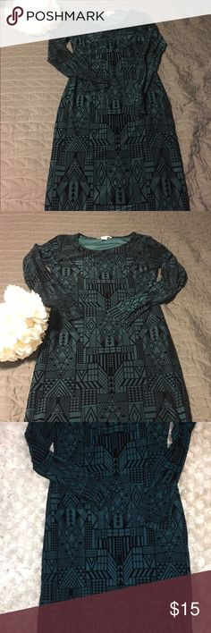 MIDI long sleeve dress! Beautiful hunter green velvety dress, with a modern black print. Dress is a bit stretchy, fitting and hugging your curves in the right places. ❌smoke and pet free home ❌ worn 2x Sans Souci Dresses Midi