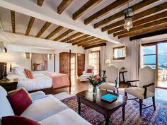 Gran parte de los muebles son antigüedades, muchas de Mallorca, que combinan a la perfección con el entorno