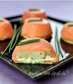 Zutaten für ca. 9 Törtchen: 400g geräucherter Lachs (in Scheiben) 400g Frischkäse 3 Eier 2 Knoblauchzehen einige Stiele Frühlingszwiebel oder...