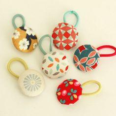 Tutoriel (DIY) - les élastiques-bouton : choix du tissu pour les assortir aux vêtements, ils sont discrets tout en donnant une touche en plus aux tenues.