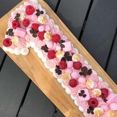 Marengskage med hindbærmousse - talkage – Mummum.dk Cookie Desserts, Sweet Desserts, Cake Recipes, Dessert Recipes, Happy Birthday Cakes, Cake Cookies, Amazing Cakes, Kids Meals, Cake Decorating