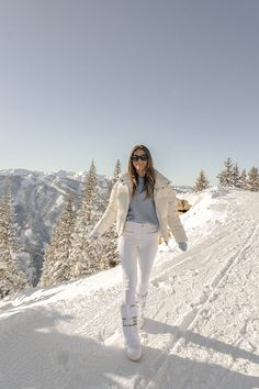 Aspen is one of my favorite cities to visit in the wintertime because it feels like a dreamy snow globe! Cold Weather Fashion, Cold Weather Outfits, Winter Outfits, Ski Fashion, Winter Fashion, Snow Outfit, Moon Boots, Family Photo Outfits, How To Pose