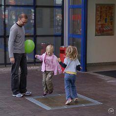 Dance Chimes, Dansrutorna består av nio rutor vilka var och en producerar en klockton när man trampar på dem. Lär dig dansa och spela musik på samma gång!