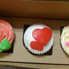#sanvalentin #cupcakes #hearts #fondant #buttercream #chocolate #vainilla Buttercream Chocolate, Fondant, Cupcakes, Photo And Video, Desserts, Instagram, Food, Vanilla, Tailgate Desserts