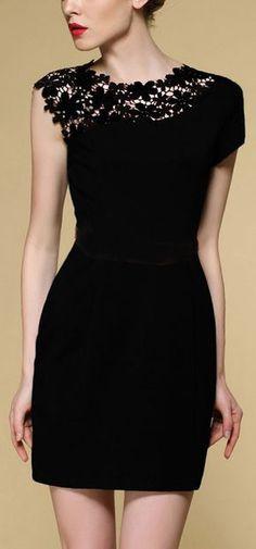 Vestido negro con encaje en hombro.