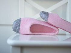 Kid girl baby pink felt slippers covered with silver glitter. Slippers are made of various source wool blend and hand dyed in pink color. It is durable and comfortable to wear. I designed these slippers for fancy little girl. Slippers are made using wet felting method with help of natural olive soap and hot water. It takes hours to create premium quality wool slippers of a wool fiber. Wool slippers are comfortable almost in all seasons of a year. Different as popular synthetic house shoes…