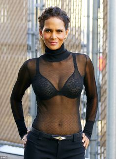 Still got it: The star flaunted her toned stomach and her black lace bra in th. Informations About Halle Berry makes waves in see-through top, shows off new wedding band Pin You can easi Halle Berry Style, Halle Berry Hot, Halle Berry Bikini, Pictures Of Halle Berry, Hally Berry, Les Oscars, Lake Bell, Actrices Sexy, Bond Girls