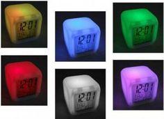 Budzik Kameleon zmieniający kolory z kalendarzem i funkcją termometru                   Zegar Kameleon z budzikiem, kalendarzem i termometrem   Zegar płynnie zmienia kolory (7 kolorów)   Posiada wysokontrastowy bardzo czytelny (z dużymi cyframi) wyświetlacz LCD   Posiada 3 tryby świecenia:   DEMO oraz ON uruchamia zmieniające się światło  OFF wyłącza światło   Podczas trybu OFF wystarczy lekko nacisnąć na zegarek od góry a podświetlenie włączy się na kilka sekund i zgaśnie…