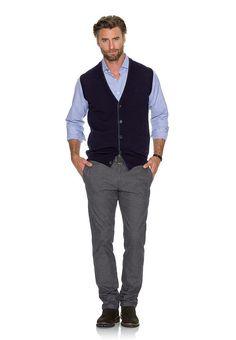 Dieses Herrenhemd ist das richtige Hemd für alle, die ihr Business-Outfit lieber entspannt mögen. Ob feiner Streifen oder kleinformatiges Karo - in den frischen Blau-Weiß-Dessins zeigen die Hemden wie spannend die Blue Story übersetzt werden kann. Die Minimaldessins wirken belebend und dennoch so aufgeräumt, um zum Business getragen zu werden. So easy kann es sein, gut auszusehen.  Form:  Mater...
