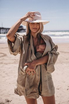 California Summer Roundup - Barefoot Blonde by Amber Fillerup Clark - Amber and Frankie on the beach in California. Fashion Maman, Clarks, Cute Kids, Cute Babies, Amber Fillerup Clark, Barefoot Blonde, Barefoot Beach, Foto Baby, Mommy And Me
