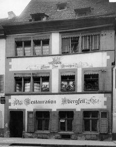 """Das Haus """"zum Drachen"""" in der Herrenstraße. Oskar Obergfell war der letzte Wirt vor der Zerstörung 1944. https://www.facebook.com/HistorischesFreiburg/photos/np.1457074116582476.100002251567273/911607598929890/?type=3"""