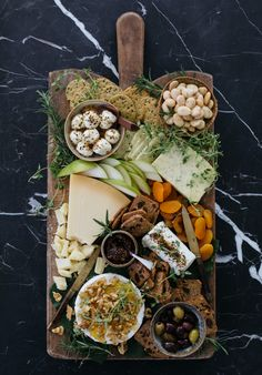 How to Style a Beautiful Cheeseboard - Cheese Platter Ideas - Kulinarische Inspirationen, Charcuterie And Cheese Board, Charcuterie Platter, Cheese Boards, Antipasto Platter, Snack Platter, Party Food Platters, Mezze Platter Ideas, Sandwich Platter, Meat And Cheese