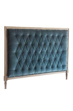 Skapa en lyxig hotellkänsla med denna eleganta sänggavel i mangoträ, klädd med elegant grå sammet. Material: Trä och bomull. Storlek: Bredd 170 cm, höjd 125 cm, djup 5 cm. Beskrivning: Fristående sänggavel i sammet med djuphäftade, klädda knappar och träram. Skötselråd: Dammsugning. Tips/råd: Gaveln behöver ingen montering. Ställ den bara mellan säng och vägg. Bädda din säng med våra lyxiga sängkläder och överkast.